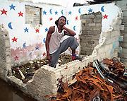Ces trois photographies sont tire?es d'une se?rie de vingt portraits re?alise?s dans le bidonville de Cite? Soleil adjacent a? la capitale Port-au-Prince. La pauvrete? extre?me engendre la violence et la criminalite? et les habitants en subissent les conse?quences a? tous les jours. Il est impossible pour un e?tranger de pe?ne?trer a? Cite? Soleil sans courrir de graves dangers. Profitant d'un contact exceptionnel aupre?s d'une personnalite? bien connue et respecte?e de cette ville, j'ai pu m'introduirel'espace de quelques heures et re?aliser cette se?rie de photos. Ces diffe?rentes personnes posent devant les ruines de leurs maisons re?cemment de?truites suite aux affrontements d'une extre?me violence de deux bandes criminelles lourdement arme?es se faisant la guerre pour le contro?lede la drogue. J'ai du? faire ces photos rapidement car je sentais la tension monte?e autour de moi, certains e?tant en de?saccord avec ces photos. Ces gens me tiraient par la manche pour que je prenne leur photo dans les ruines de leur maison. Ce fut pour moi un moment d'une grande intensite? e?motive. Toutes les photos ont e?te? re?alise?es avec une came?ra de format 6x7 cm sur du film ne?gatif (Mamiya 7 avec une 65mm).
