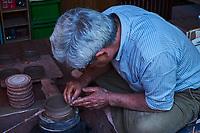 Japon, île de Honshu, prefecture de Aichi, Tokoname, Mr Seize Itou artisant potier façonnant une theiere Kyusu // Japan, Honshu, Aichi prefecture, Tokoname, Mr Seize Itou potter making a Kyusu teapot
