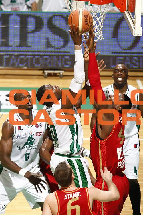 DESCRIZIONE : Siena Lega A 2008-09 Playoff Quarti di finale Gara 3 Montepaschi Siena Scavolini Spar Pesaro <br /> GIOCATORE : Romain Sato<br /> SQUADRA : Montepaschi Siena<br /> EVENTO : Campionato Lega A 2008-2009 <br /> GARA : Montepaschi Siena Scavolini Spar Pesaro<br /> DATA : 23/05/2009<br /> CATEGORIA : tiro<br /> SPORT : Pallacanestro <br /> AUTORE : Agenzia Ciamillo-Castoria/E.Castoria<br /> Galleria : Lega Basket A1 2008-2009 <br /> Fotonotizia : Siena Lega A 2008-09 Playoff Quarti di finale Gara 3 Montepaschi Siena Scavolini Spar Pesaro<br /> Predefinita : si