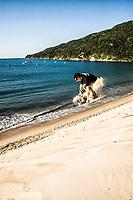 Sandboarding on the dunes of Ingleses Beach. Florianópolis, Santa Catarina, Brazil. / <br /> Sandboard nas dunas da Praia dos Ingleses. Florianópolis, Santa Catarina, Brasil.
