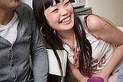 Kana Oiwa skrattar i samtalet med sina v&auml;nner om sex och samlevnad i Japan.<br /> &ldquo;Vad det g&auml;ller s&auml;ngen f&aring;r man inte l&auml;ra sig n&aring;got i skolan, i alla fall&rdquo;, s&auml;ger Kana Oiwa. Bristen p&aring; vettig sexualundervisning h&auml;r g&ouml;r att killarna f&aring;r sin &lsquo;skolning&rsquo; av porrfilm.&rdquo;
