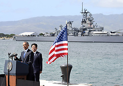 US-Präsident Barack Obama und Japans Premier Shinzo Abe beim Gedenken an die Opfer des japanischen Angriffs auf Pearl Harbor vor 75 Jahren / 271216 <br /> ***U.S. President Barack Obama makes a speech at Pearl Harbor in Hawaii on Dec. 27, 2016, with Japanese Prime Minister Shinzo Abe standing behind him.***