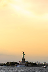 THEMENBILD - Eine der bekanntesten und beliebtesten Touristenattraktionen in New York ist die Staten Island Ferry, die zwischen der Suedspitze Manhattans und Staten Island pendelt, im Bild die Freiheitsstatue im Sonnenuntergang, Aufgenommen am 09. August 2016 auf der Staten Island Ferry // One of the best-known and most popular tourist attractions is the Staten Island Ferry, which runs between Manhattan and Staten Island. This picture shows the Statue of Liberty at sunset, New York City, United States on 2016/08/09. EXPA Pictures © 2016, PhotoCredit: EXPA/ Sebastian Pucher