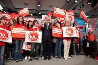 14 JUN 2009, BERLIN/GERMANY:<br /> Frank-Walter Steinmeier (M), SPD,, Bundesaussenminsiter und Kanzlerkandidat, mit Mitgliedern der Jungen Teams zum Abschluss des Parteitages, außerordentlicher SPD Bundesparteitag, Estrell Convention Center<br /> IMAGE: urban20090614-01-313<br /> KEYWORDS: Party Congress, Parteitag, Schild, Schilder, WIR FÜR FRANK, fw steinmeier, Sozial und demokratisch