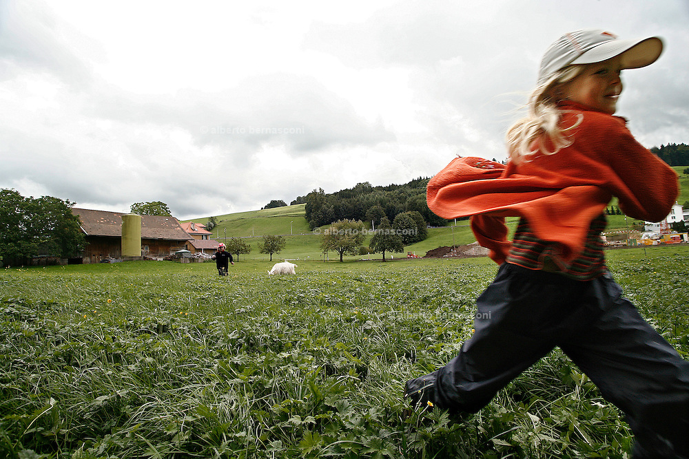 Svizzera, San Gallo, asilo nel bosco , I giochi pre-fabbricati in genere non esistono; è la natura a offrire gli strumenti per il gioco, sviluppando tutti i sensi del bambino, che è libero di scieglere con cosa e con chi relazionarsi. Gli spazi dell'asilo nel bosco non sono delimitati, e i bimbi possono correre dove vogliono. ....Switzerland, St. Gallen, kindergarten in the wood. Children are free to run and enjoy in the wood no matter cold or snow.....