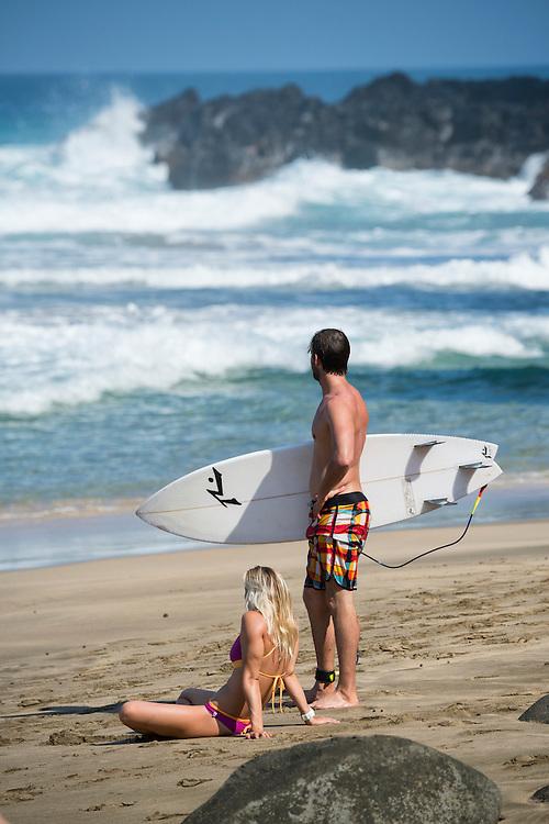 USA, Hawaii, Isalnd, Kauai,Hanalei, Na Pali Coast, couple with surf board on beach