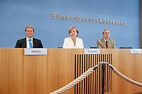 21 JUL 2010, BERLIN/GERMANY:<br /> Ulrich Wilhelm (L), Regierungssprecher, Angela Merkel (M), CDU, Bundeskanzlerin, Werner Goessling (R), BPK, Pressekonferenz vor der Sommerpause, Bundespressekonferenz<br /> IMAGE: 20100721-02-052<br /> KEYWORDS: Kamera, Camera, Werner Gößling