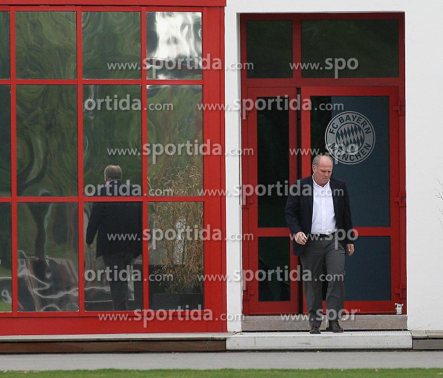 """22.04.2013, Muenchen, Der unter dem Verdacht der Steuerhinterziehung stehende Präsident des FC Bayern München, Uli Hoeneß, hat laut der """"Bild am Sonntag"""" zusammen mit seiner Selbstanzeige knapp sechs Millionen Euro an das Finanzamt gezahlt. Laut dem Chef der deutschen Steuer-Gewerkschaft, Thomas Eigenthaler, folgert daraus, dass """"Hoeneß mindestens zehn Millionen Euro Einnahmen nicht angegeben hat"""". Den Ruecktritt von seinen Bayern-Aemtern schließt Hoeneß aus, im Bild Uli HOENESS auf dem Trainingsgelaende an der Saebener Strasse, Bild aufgenommen am 28.04.2009. EXPA Pictures © 2013, PhotoCredit: EXPA/ Eibner"""