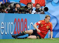 FUSSBALL EUROPAMEISTERSCHAFT 2008  Schweden - Spanien    14.06.2008 Fernando TORRES (ESP) liegt vor einer Euro 2008 Bande auf dem Rasen, hinter der Sportfotografen ihrer Arbeit nachgehen.