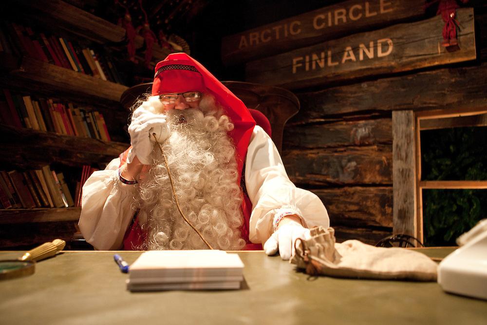 Finnland - Lappland - ROVIANEMI; SANTA PARK - Polarkreis; Big Business mit Santa Claus; HIER: der Weihnachtsmann persönlich am Telefon in der Weihnachtserlebniswelt; 09.07.2010; copyright > Christian Jungeblodt