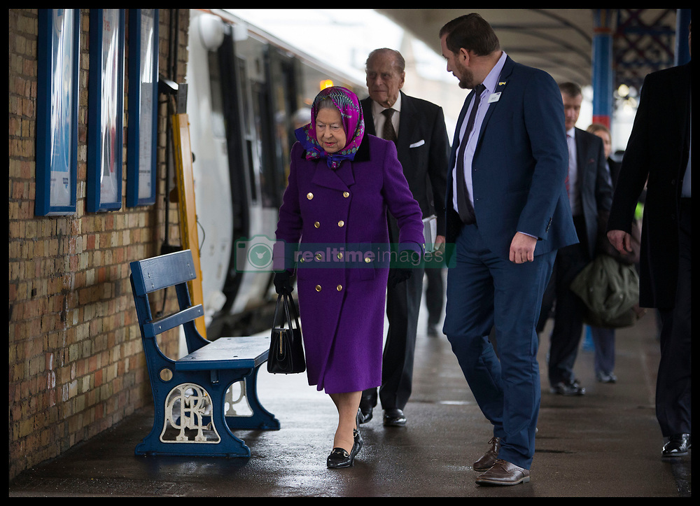 December 21, 2017 - Kings Lynn, United Kingdom - Image  licensed to i-Images Picture Agency. 21/12/2017. Kings Lynn , United Kingdom. The Queen  and Duke of Edinburgh arriving at Kings Lynn train station in Norfolk, United Kingdom, for the start of her traditional Christmas holiday at Sandringham. for Christmas holidays. (Credit Image: © Stephen Lock/i-Images via ZUMA Press)