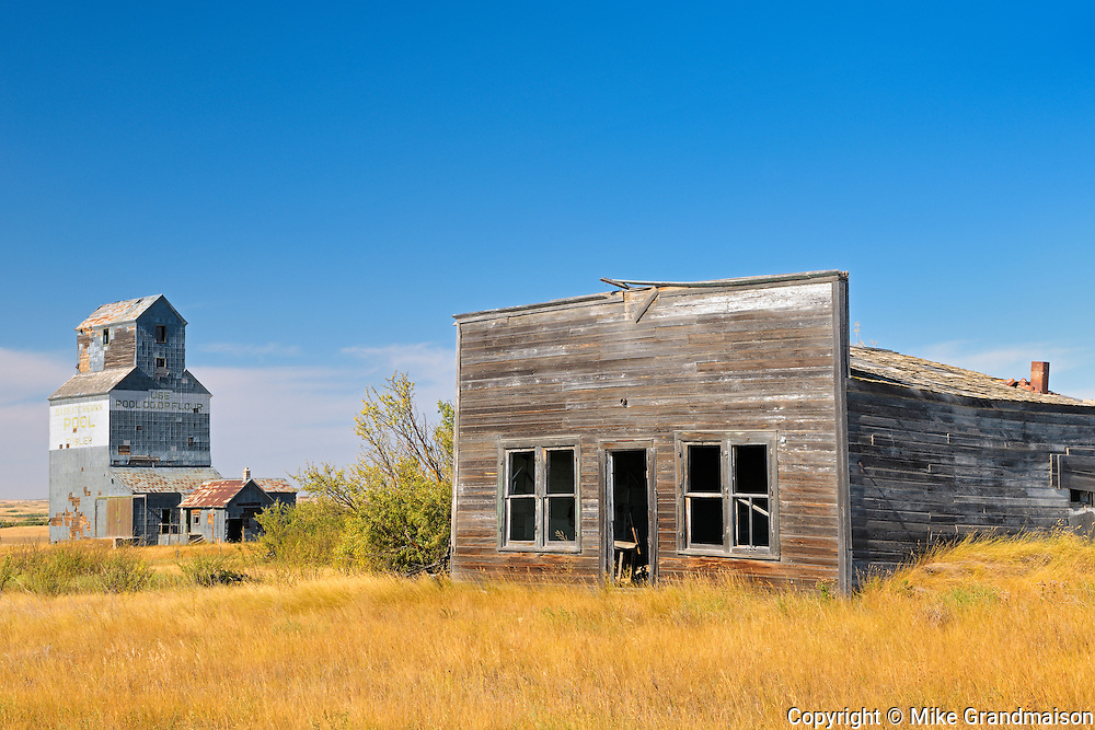 General store and grain elevator in ghost town<br /> Fusiller<br /> Saskatchewan<br /> Canada