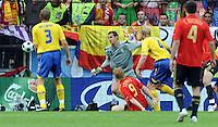 FUSSBALL EUROPAMEISTERSCHAFT 2008  Schweden - Spanien    14.06.2008 Fernando Torres (ESP, am Boden) erzielt das 1:0 fuer Spanien. Von links schauen zu: Olof Mellberg (SWE), Andreas Isaksson (SWE), Petter Hansson (SWE) und Carlso Marchena (ESP).