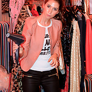 NLD/Vianen/20110915 - Modeshow Mix & Match Dani Bles 2011, zus yolanthe Cabau van Kasbergen aan het werk