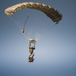 D&eacute;monstration du savoir faire de l'unit&eacute; &agrave; l'occasion des Journ&eacute;es Portes Ouvertes du 13&egrave;me R&eacute;giment de Dragons Parachutiste au camp de Souge.<br /> Sauts en parachute de chuteurs op&eacute;rationnels, sortie de cache et &eacute;vacuation d'otages en h&eacute;licopt&egrave;re avec l'appui du 4&deg;RHFS.<br /> Septembre 2014 / Martignas sur Jalle (33) / FRANCE