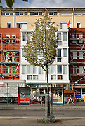 """Germany, Freiburg , ill quartiere di Rieselfeld. iniziato nel 1994 è concepito per accogliere 10.000 abitanti in abitazioni a basso impatto energetico e abitazioni passive. ......Germany, Freiburg.The district of Rieselfeld is situated in the..West of Freiburg and is providing 4200..residential units for about 10,000 to 12,000..inhabitants...The construction of the district of Rieselfeld..started in 2004 is planned to be completed..by 2010...The political guidelines for the town planning concept have..been in effect since 1994...Traffic systems that give priority to public transport and..foot- and bicycle traffic...Orientation towards ecological objectives: low-energy..construction standard..High quality of private and public green spaces and of..leisure centres...priority for public transport, pedestrians and cyclists; easy access to the..public transport for all residents; a general speed limit of 30 km/h; several """"play..streets"""" in which playing kids have priority; right-before-left rule of priority for speed..reduction. Germany,Freiburg. On the former area of a French barrack site, Germany, Freiburg.The district of Rieselfeld is situated in the..West of Freiburg and is providing 4200..residential units for about 10,000 to 12,000..inhabitants...The construction of the district of Rieselfeld..started in 2004 is planned to be completed..by 2010...The political guidelines for the town planning concept have..been in effect since 1994...Traffic systems that give priority to public transport and..foot- and bicycle traffic...Orientation towards ecological objectives: low-energy..construction standard..High quality of private and public green spaces and of..leisure centres...priority for public transport, pedestrians and cyclists; easy access to the..public transport for all residents; a general speed limit of 30 km/h; several """"play..streets"""" in which playing kids have priority; right-before-left rule of priority for speed..reduction....."""
