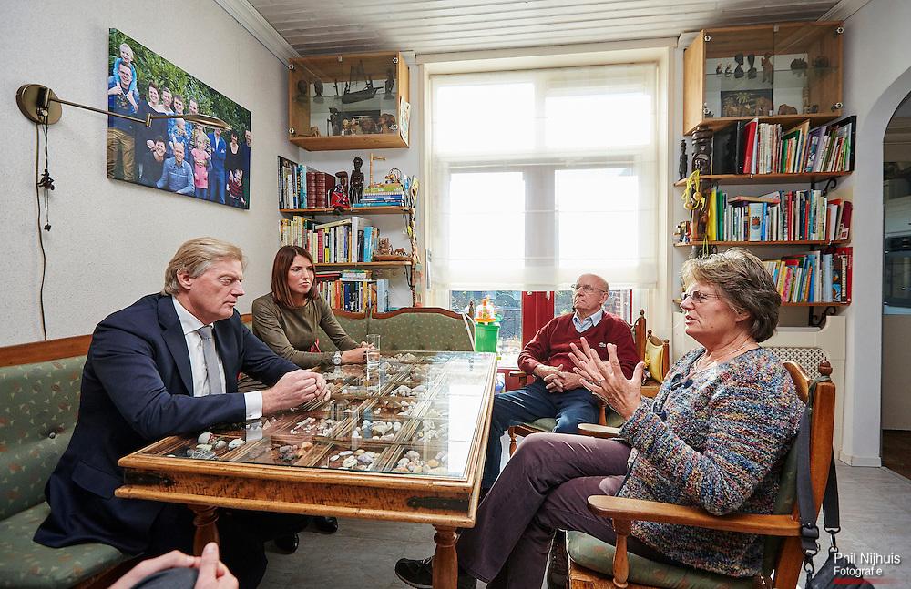 Vlissingen, 12 oktober 2015 - Staatssecretaris van VWS, Martin van Rijn tijdens zijn werkbezoek op pad met Casemanager Gwendolyne van den Eynde in Middelburg. Foto: Phil Nijhuis