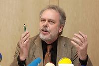 """26 APR 2004, BERLIN/GERMANY:<br /> Prof. Dr. Guenter Bentele, Professor fuer Oeffentlichkeitsarbeit/Public Relations am Institut fuer Kommunikations- und Medeinwissenschaft der Universitaet Leipzig, Pressekonferenz zum Kongress """"Politik als Marke - Politik zwischen Kommunikation und Inszenierung"""", ein Projekt der Politikfabrik, dbb Forum Berlin<br /> IMAGE: 20040426-02-025"""
