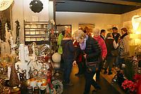 Mannheim. 04.11.17 | Lange Nacht der Kunst und Genüsse<br /> Lange Nacht der Kunst und Genüsse in den Stadtteilen.<br /> - Feudenheim. Eröffnung bei Wohnkult & Genuss<br /> <br /> BILD- ID 20937 |<br /> Bild: Markus Prosswitz 04NOV17 / masterpress (Bild ist honorarpflichtig - No Model Release!)