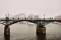 France, Paris (75), les rives de la Seine, classées Patrimoine Mondial de l'UNESCO, la Passerelle des Arts, Ile de la Cité et la cathedrale Notre Dame de Paris en hiver// France, Paris, the Passerelle des Arts, Ile de la Cité and the cathedrale Notre Dame of Paris in winter