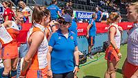 AMSTELVEEN - bondscoach Alyson Annan (Ned) met Lidewij Welten (Ned)  voor   de Pro League hockeywedstrijd dames, Nederland-Australie (3-1) COPYRIGHT  KOEN SUYK