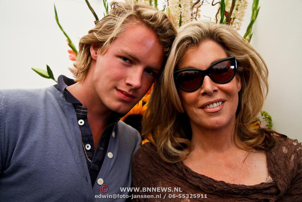 NLD/Amsterdam/20100716 - Inloop modeshow Monique de Collignon bij de AIF, Betty de Groot en zoon