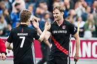 UTRECHT -  matchwinnaar Mirco Pruyser (A'dam)  met Jan Willem Buissant (l)  na de finale van de play-offs om de landtitel tussen de heren van Kampong en Amsterdam (1-2) .   Er volgt zondag een derde wedstrijd.   COPYRIGHT KOEN SUYK