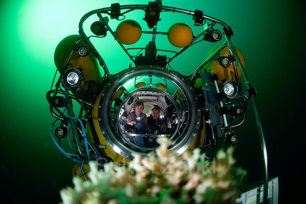 Submersible JAGO at the Lophelia sulareef in Norway. Trondheimfjord, North Atlantic Ocean, Norway   Das Tauchboot-Team, Karen Hissmann und Jürgen Schauer, bei der Entnahme von Proben im Tauchboot JAGO. Sie sammeln Korallenstücke der Koralle Lophelia (Lophelia pertusa), um diese dann im Labor an Bord des Forschungsschiffes Poseidon untersuchen zu können. Lophelia (Lophelia pertusa) ist die am weitesten verbreitete riffbildende Kaltwasserkoralle. Trondheimfjord, Norwegen