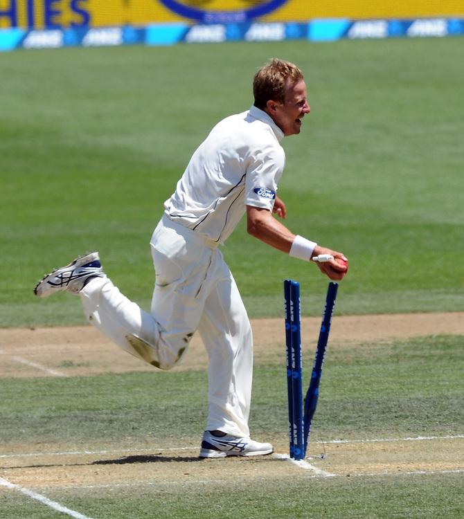 New Zealand's Neil Wagner runs out Sri Lanka's Dushmantha Chameera for 2 on day three of the second International Cricket Test, Seddon Park, Hamilton, New Zealand, Sunday, December 20, 2015. Credit:SNPA / Ross Setford