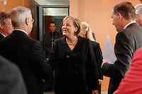 """16 OCT 2006, BERLIN/GERMANY:<br /> Angela Merkel (M), CDU, Bundeskanzlerin, begruesst die Teilnehmer des Spitzengespraechs """"Familie und Wirtschaft"""" der Bundeskanzlerin mit der Impulsgruppe der """"Allianz für die Familie"""", Bundeskanzleramt<br /> IMAGE: 20061016-01-002<br /> KEYWORDS: Spitzengespräch"""