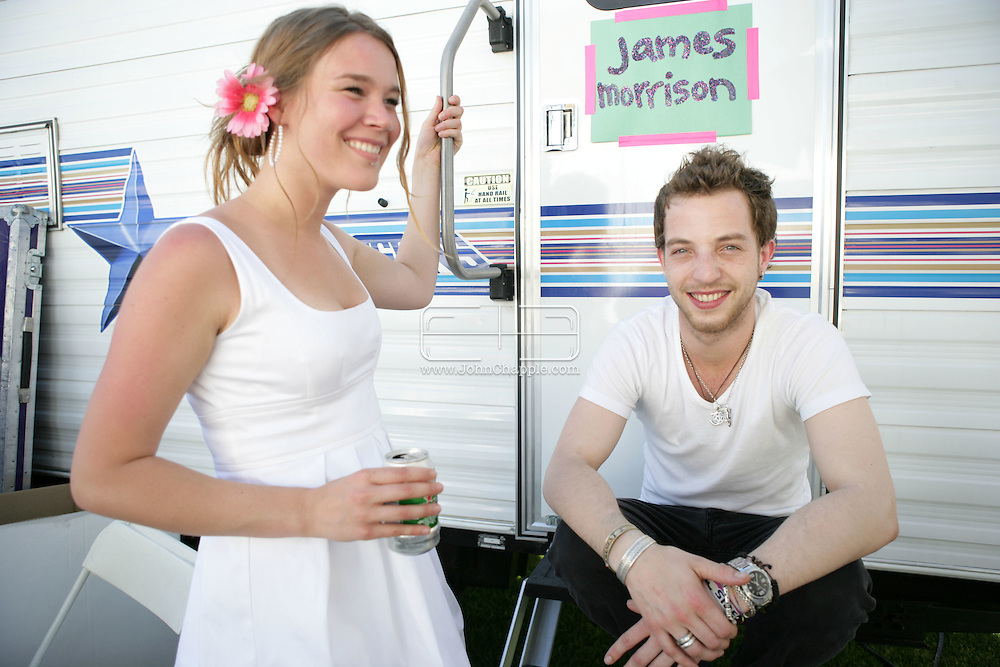 18th April 2009. Indio, California. British singers James Morrison and Joss Stone at the Coachella Music Festival..PHOTO © JOHN CHAPPLE / REBEL IMAGES.tel +1 310 570 9100    john@chapple.biz