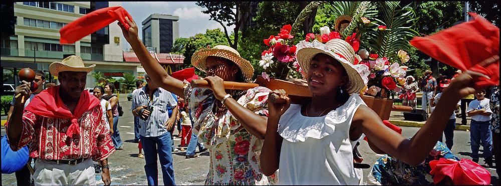 Los tambores de Curiepe que se tocan y bailan en la fiesta de San Juan, son reconocidos nacional e internacionalmente, gracias a la integridad y lealtad a sus orígenes. Todos los años durante la bajada de los Palmeros de Chacao se encargan de esperarlos y recibirlos. Caracas 04 de abril del 2005.