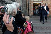 Koning Willem-Alexander geeft startsein voor nieuwe Oranjefonds campagne Maatjes Gezocht . Maatjes zijn vrijwilligers die iemand gedurende langere tijd een steuntje in de rug bieden. <br /> <br /> King Willem-Alexander launches new campaign Oranjefonds Buddies Wanted. Buddies are volunteers who offer someone for a long time a helping hand.<br /> <br /> Op de foto / On the photo:   Koning Willem Alexander vertrekt  bij museum Het Catharijneconvent / King Willem Alexanderl eaves  The Museum Catharijneconvent