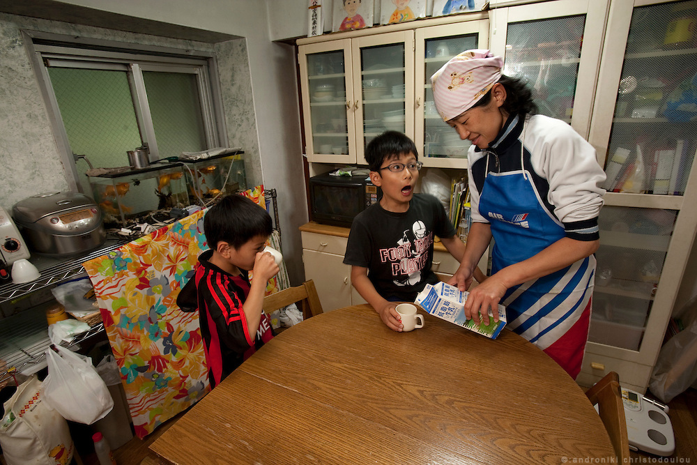 Kayoko Furuya (R) and her sons Kaisei (7) (L) en Sojirou (11) (M) in their kichen of their home in Hatsuday, Tokyo.