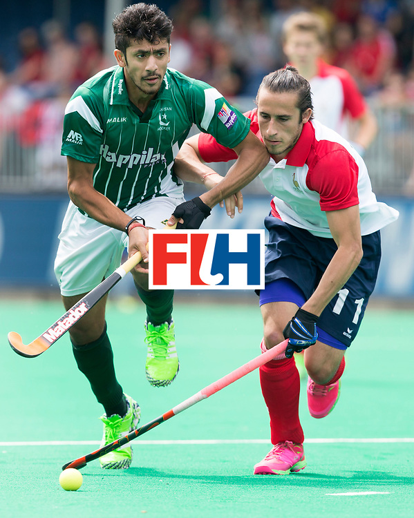 ANTWERP -    Charles Masson (r) of France wit Ammad Shakeel Butt during  the hockeymatch   Pakistan vs France  WSP COPYRIGHT KOEN SUYK