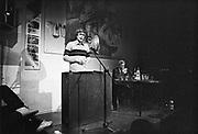 Nederland, Nijmegen, 14-11-1983Cees van der Plyum tijdens een voordracht in het Literair Cafe in O42 in Nijmegen. Schuin achter hem drs. P. De in Arnhem woonachtige dichter en schrijver is zondagavond overleden. Foto: Flip Franssen/ Hollandse Hoogte
