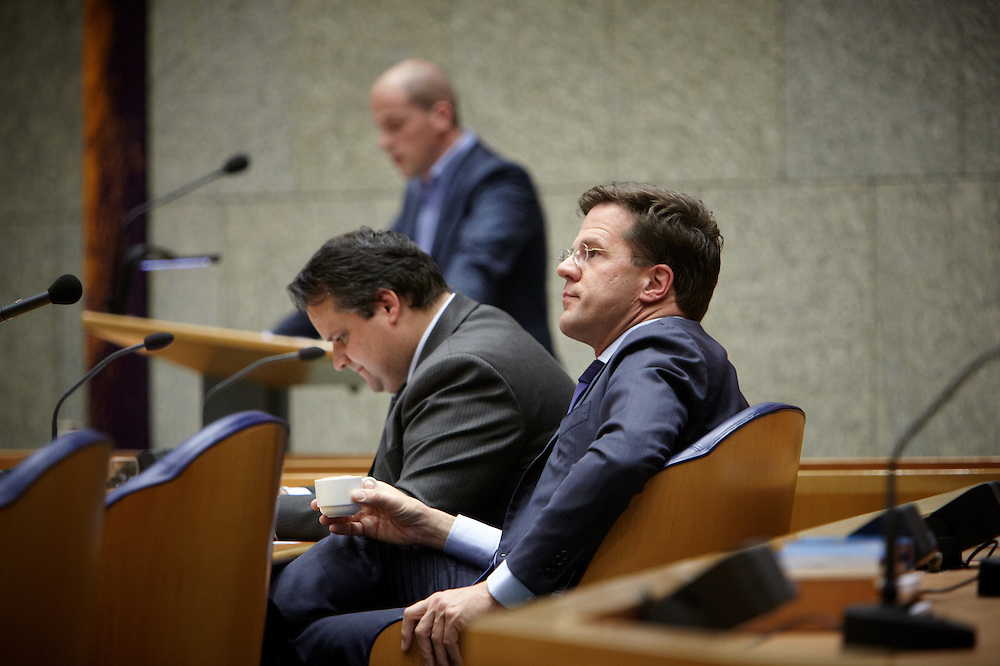 Nederland. Den Haag, 26 april 2012. <br /> Debat over gesloten akkoord. Demissionair premier Rutte en demissionair minister van Financien de Jager. in vak K. Achtergrond Diederik Samsom PvdA<br /> VVD, CDA, D66, GroenLinks en ChristenUnie zijn met het kabinet een principe-akkoord overeengekomen over de begroting van volgend jaar.<br /> Men is als Tweede Kamer uit de impasse gekomen om voor mei een begroting voor 2013 op te stellen na de val van het kabinet Rutte van VVD, CDA en met gedoogsteun van de PVV van Geert Wilders. Crisisakkoord na mislukken ook van Catshuisberaad. 3% Financieringstekort.<br /> Het kabinet en de regeringspartijen VVD en CDA hebben in twee politiek gezien krankzinnige dagen met de oppositiepartijen D66, GroenLinks en de ChristenUnie een akkoord gesloten over bezuinigingen en hervormingen in 2013. Minister Jan Kees de Jager van Financi&euml;n koppelde als verkenner de vijf partijen aan elkaar en kreeg in nog geen 30 uur voor elkaar waar VVD en CDA met gedoogpartij PVV in 7 weken overleg in het Catshuis niet in waren geslaagd. Politiek, kabinet Rutte, kabinetscrisis, Catshuisonderhandelingen, Tweede Kamer, <br /> Foto : Martijn Beekman