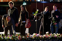 15-06-2013 ALGEMEEN: AFSCHEIDSBIJEENKOMST VISSER EN SEVEREIN: ALMERE<br /> Vandaag was de gelegenheid om afscheid te nemen van Ingrid Visser en Lodewijk Severein. Iedereen die zich verbonden voelde kon naar de openbare herdenking komen in het Topsportcentrum Almere / Maurice Hendriks, Bert Goedkoop en Gijs Ronnes met partners leggen een bloem ter nagedachtenis <br /> ©2013-FotoHoogendoorn.nl