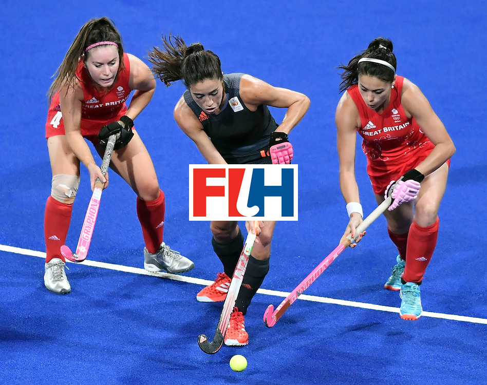 Netherlands' Naomi van As (C) vies with Britain's Laura Unsworth (L) and Britain's Sam Quek during the women's Gold medal hockey Netherlands vs Britain match of the Rio 2016 Olympics Games at the Olympic Hockey Centre in Rio de Janeiro on August 19, 2016. / AFP / Pascal GUYOT        (Photo credit should read PASCAL GUYOT/AFP/Getty Images)