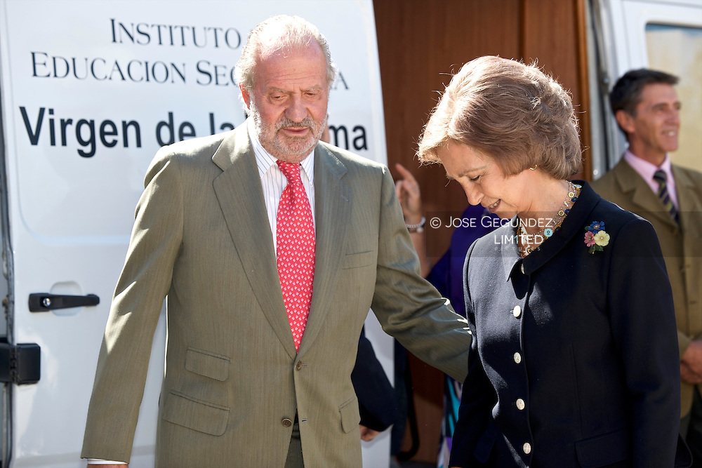 Instituto Virgen de la Paloma. Their Majesties Kings, D. Juan Carlos I and Da. Sofia, chaired the Inauguration of the Training Course Training Institute 2009-2010 in the Virgen de la Paloma in Madrid in the tour visited several workshops.