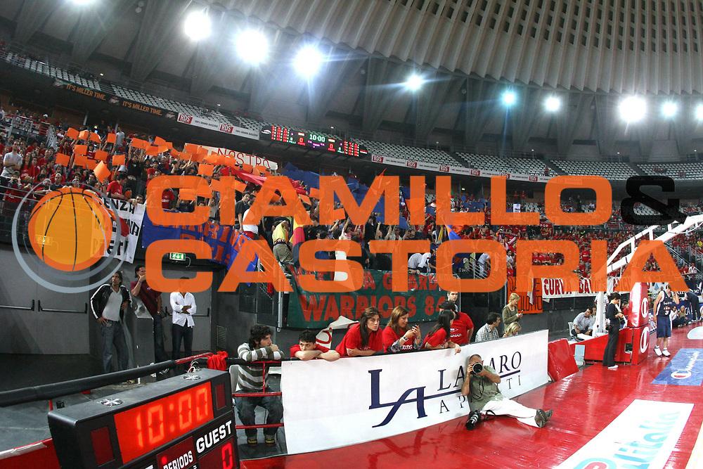 DESCRIZIONE : Roma Lega A1 2005-06 Play Off Quarti Finale Gara 2 Lottomatica Virtus Roma Montepaschi Siena <br /> GIOCATORE : Tifosi <br /> SQUADRA : Lottomatica Virtus Roma <br /> EVENTO : Campionato Lega A1 2005-2006 Play Off Quarti Finale Gara 2 <br /> GARA : Lottomatica Virtus Roma Montepaschi Siena <br /> DATA : 20/05/2006 <br /> CATEGORIA : <br /> SPORT : Pallacanestro <br /> AUTORE : Agenzia Ciamillo-Castoria/G.Ciamillo