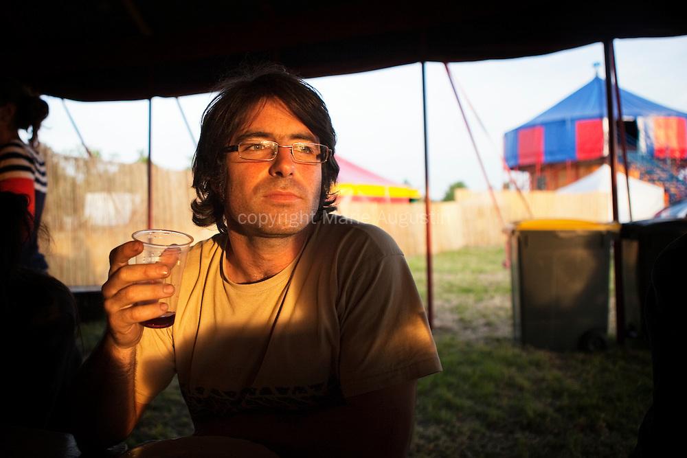 Arnaud est le dernier pilote à avoir rejoint l'équipe. Il est charpentier de métier et a monté une SCOP avec Jean, un autre pilote du mur.