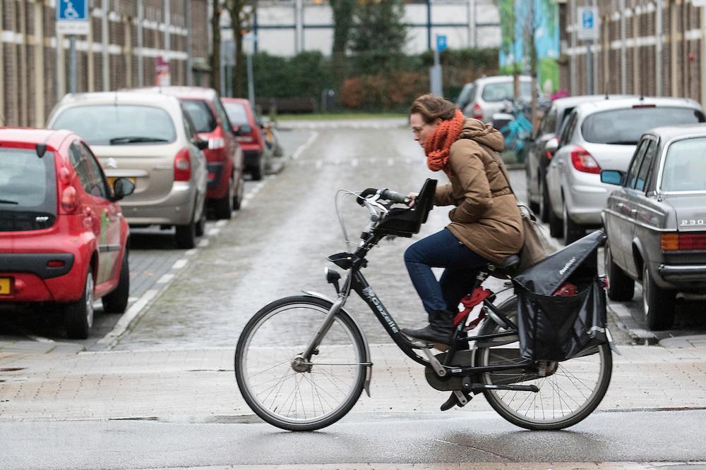 In Utrecht rijden fietsers over de Amsterdamsestraatweg tegen de wind in.<br /> <br /> In Utrecht cyclists are riding against the wind.