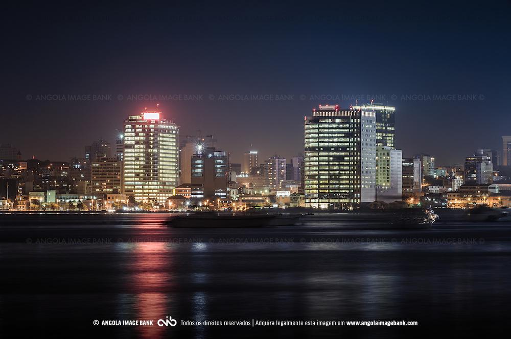 A parte baixa de Luanda e a Marginal (Avenida 4 de Fevereiro) vistas da baía. Luanda. Angola (prédio da Sonangol e Torres Ambiente em destaque)