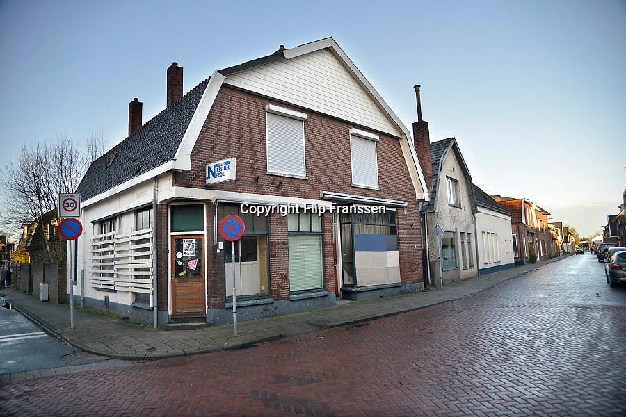 Nederland, Neede, 30-1-2013Straatbeeld in het centrum van het dorp in de Achterhoek. Gesloten en met planken dichtgetimmerde kapperszaak aan de Nieuwestraat.Foto: Flip Franssen