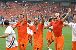 16-06-2006 VOETBAL: FIFA WORLD CUP: NEDERLAND - IVOORKUST: STUTTGART <br /> Oranje won in Stuttgart ook de tweede groepswedstrijd. Nederland versloeg Ivoorkust met 2-1 / Nederland viert zijn overwinning mat Mathijsen, Landzaat, Robben en Kuyt <br /> ©2006-WWW.FOTOHOOGENDOORN.NL