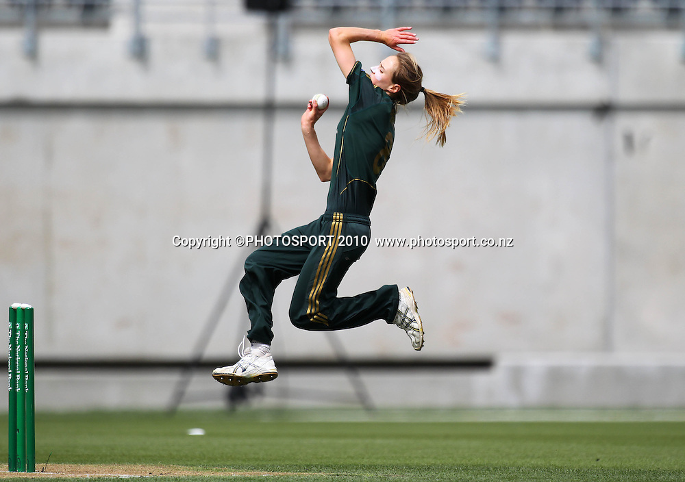 Australian bowler Ellyse Perry.<br /> Women's International Twenty20 cricket match - New Zealand White Ferns v Australia Southern Stars at AMI Stadium, Christchurch. Sunday 28 February 2010.