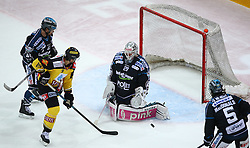 29.03.2015, Albert Schultz Eishalle, Wien, AUT, EBEL, UPC Vienna Capitals vs EHC Liwest Linz, Playoff, im Bild Curtis Murphy (EHC Liwest Linz), Kenny Magowan (UPC Vienna Capitals) und Michael Ouzas (EHC Liwest Linz) und Franklin MacDonald (EHC Liwest Linz) // during the Erste Bank Icehockey League playoff match between UPC Vienna Capitals and EHC Liwest Linz at the Albert Schultz Ice Arena, Vienna, Austria on 2015/03/29. EXPA Pictures © 2015, PhotoCredit: EXPA/ Thomas Haumer