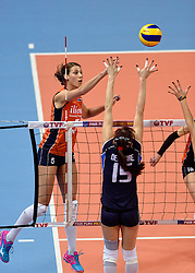 08-01-2016 TUR: European Olympic Qualification Tournament Nederland - Italie, Ankara<br /> De volleybaldames hebben op overtuigende wijze de finale van het olympisch kwalificatietoernooi in Ankara bereikt. Italië werd in de halve finales met 3-0 (25-23, 25-21, 25-19) aan de kant gezet / Robin de Kruijf #5, Antonella Del Core #15 of Italie