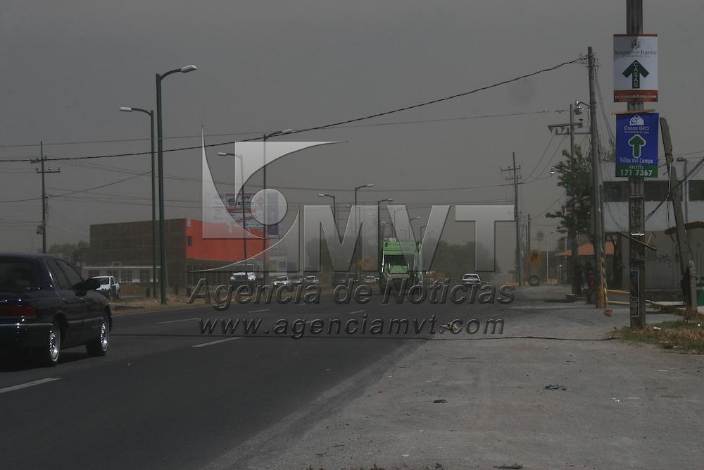 CALIMAYA, Mexico.- Fuertes vientos se registraron en el valle de Toluca donde se levantaron grandes remolinos de tierra, no se registraron mayores daños. Agencia MVT. José Hernández.  (DIGITAL)